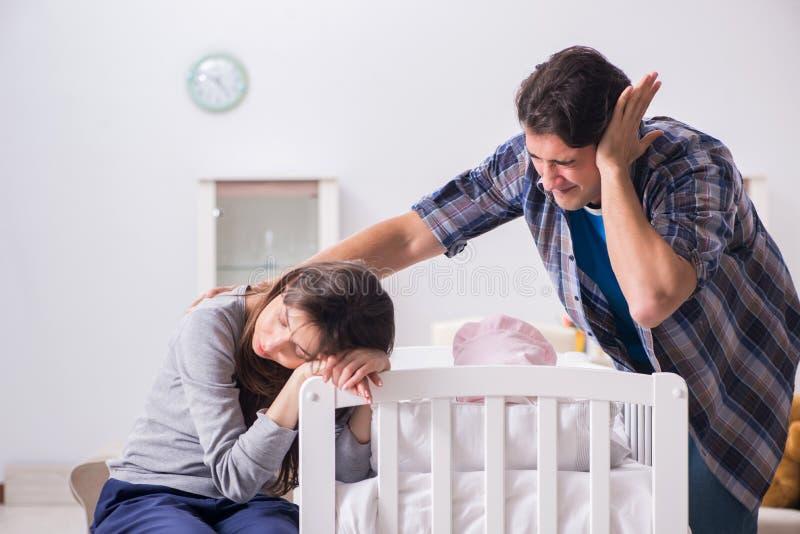 Молодой папа не может стоять плакать младенца стоковая фотография