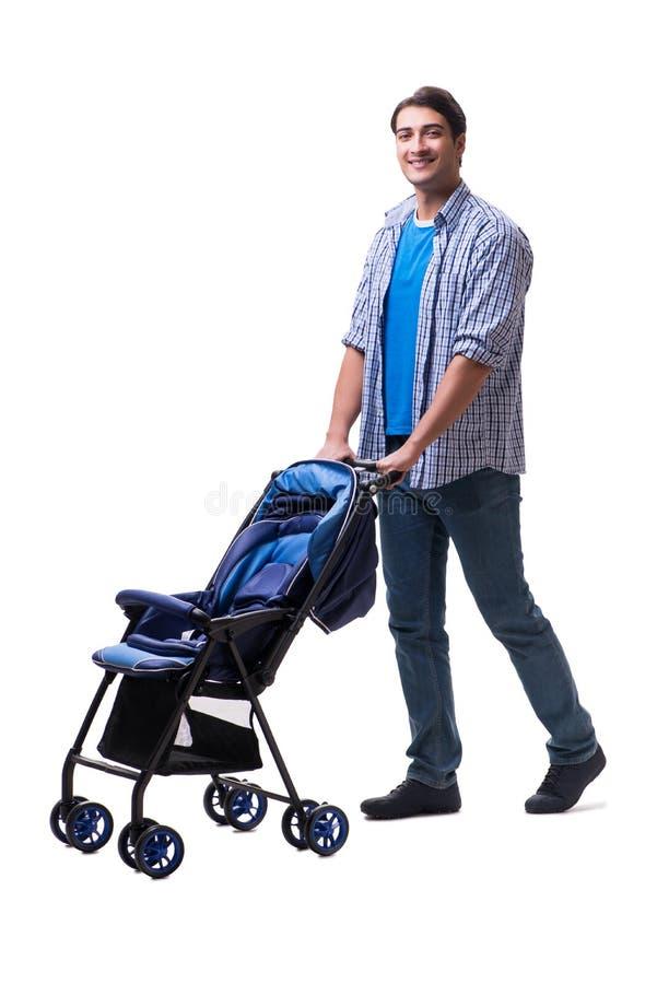Молодой папа при pram ребенка изолированный на белизне стоковое изображение