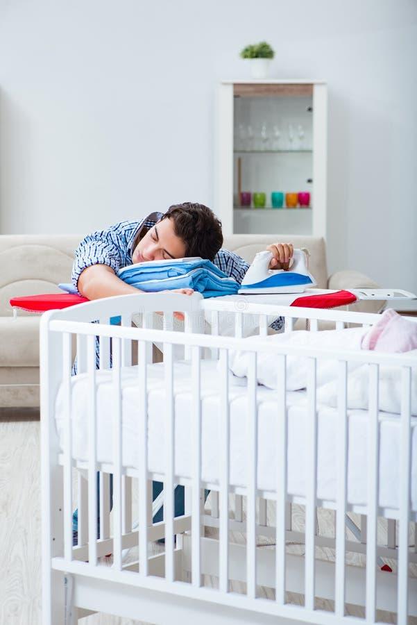 Молодой папа смотря после newborn младенца стоковые фото