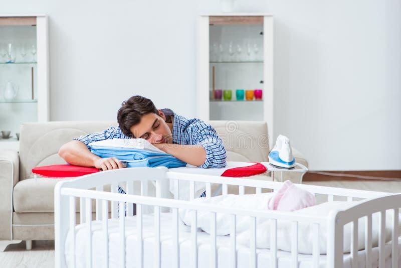Молодой папа смотря после newborn младенца стоковые фотографии rf