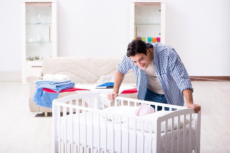 Молодой папа смотря после newborn младенца стоковое изображение rf