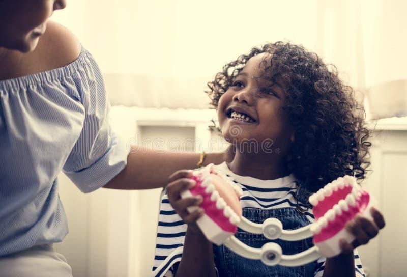 Молодой парень встречает дантиста стоковые фото