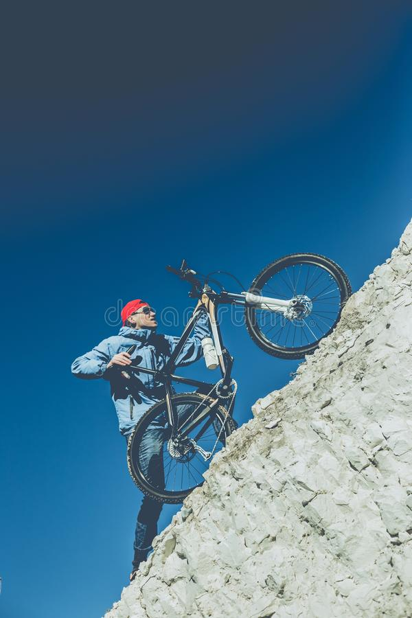 Молодой парень с велосипедом на меловой горе стоковая фотография