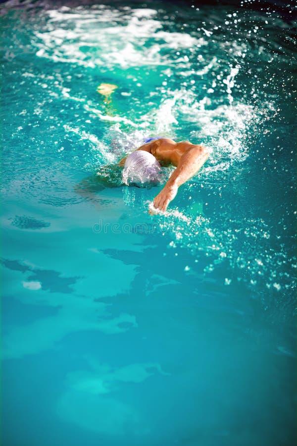 Молодой пловец спортсмена воссоздавая на на открытом воздухе стоковая фотография