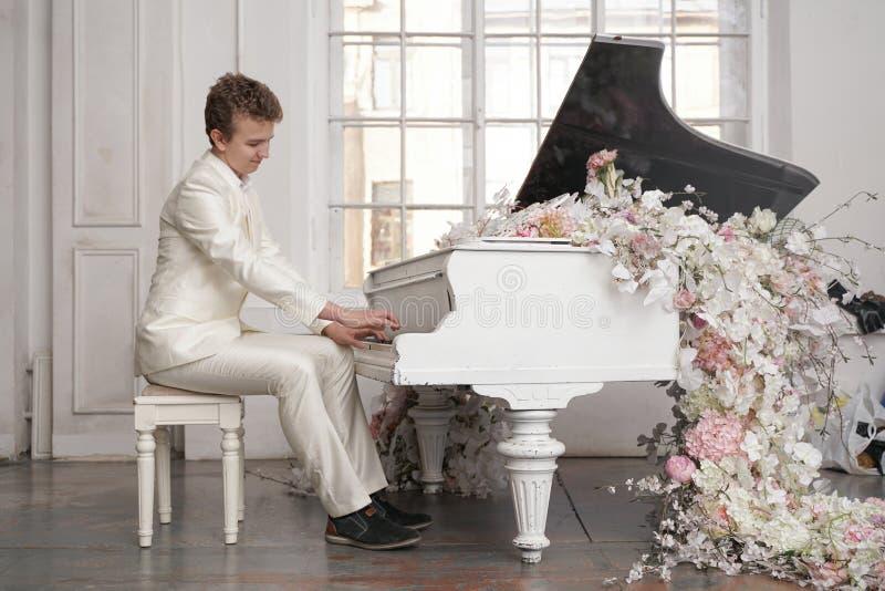 фотосессия с белым роялем в сумах кайфу посидеть