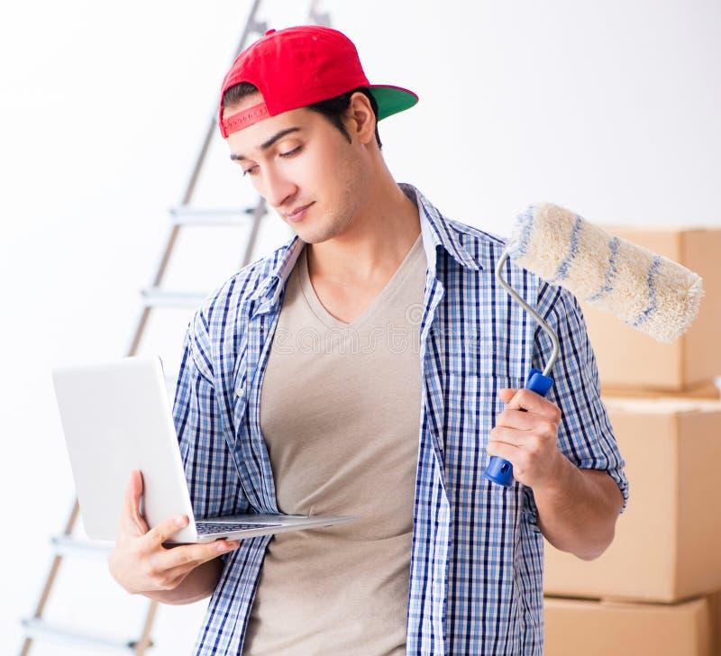 Молодой подрядчик художника выбирая цвета для домашней реновации стоковая фотография rf
