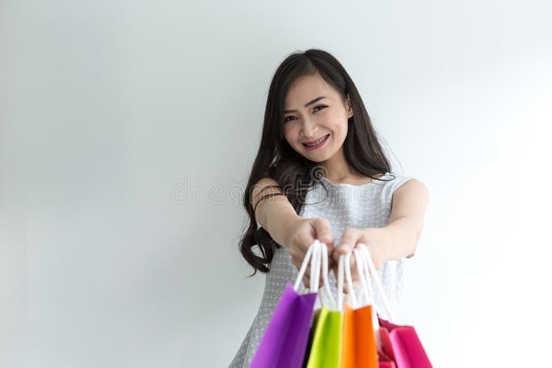 Молодой покупатель предпосылка изолированная над женщиной покупкы сь белой азиатская красивейшая девушка стоковая фотография rf