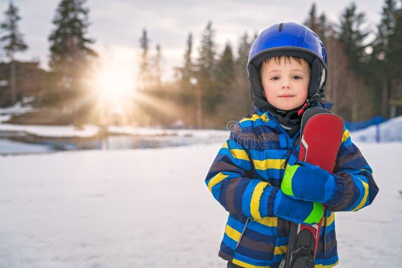 Молодой портрет зимы мальчика лыжника стоковые фотографии rf
