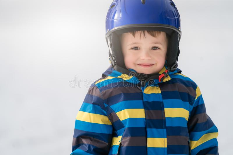 Молодой портрет зимы мальчика лыжника стоковые фото