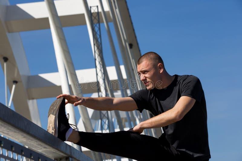 Молодой практиковать спортсмена на открытом воздухе стоковые фотографии rf