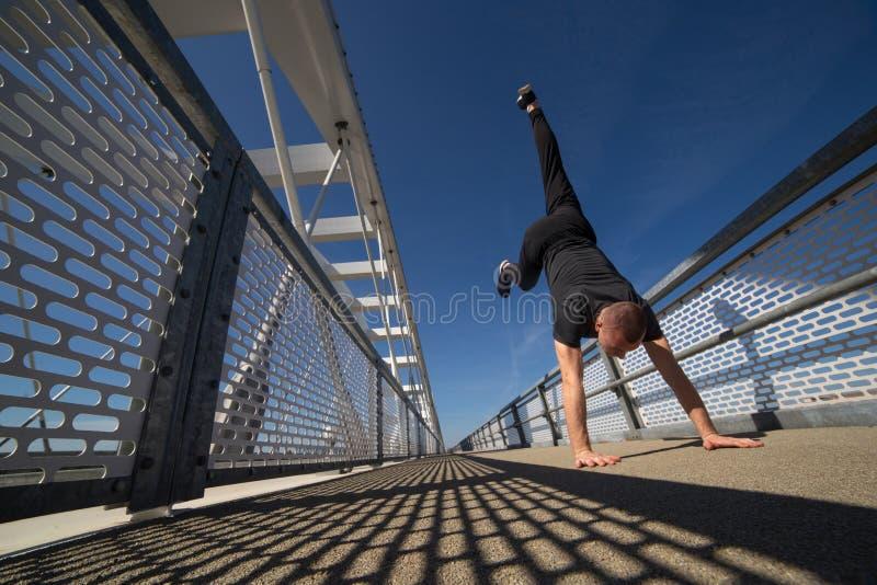 Молодой практиковать спортсмена на открытом воздухе стоковые изображения rf