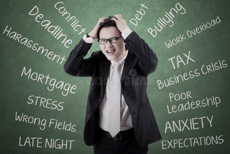 Молодой предприниматель думая его проблемы стоковая фотография rf