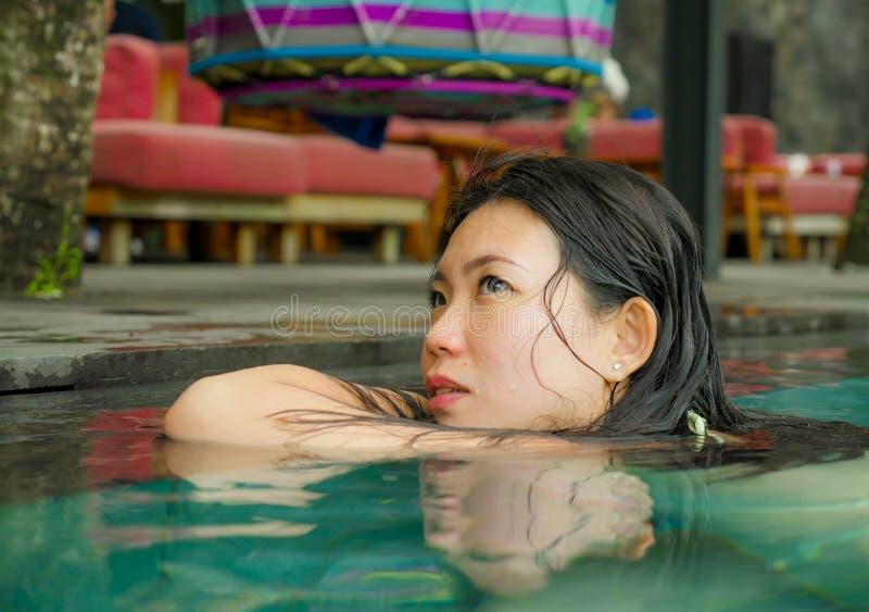 Молодой привлекательный и красивый азиатский корейский ослаблять женщины счастливый на тропическом плавании пляжного комплекса на стоковое изображение rf