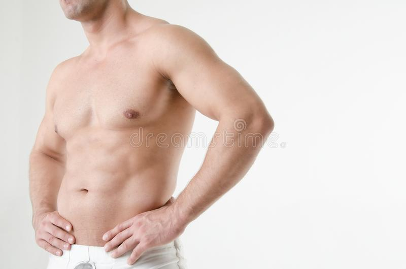 Молодой привлекательный культурист Гай с красивым мышечным телом, без рубашки стоковые фото