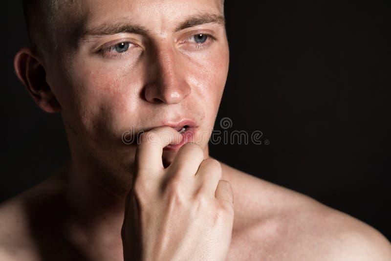 Молодой привлекательный парень думает стоковые изображения