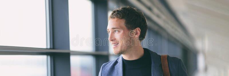 Молодой профессионал панорамы знамени образа жизни бизнесмена идя в офис или коммутируя на вокзале Счастливый хороший выглядеть м стоковая фотография