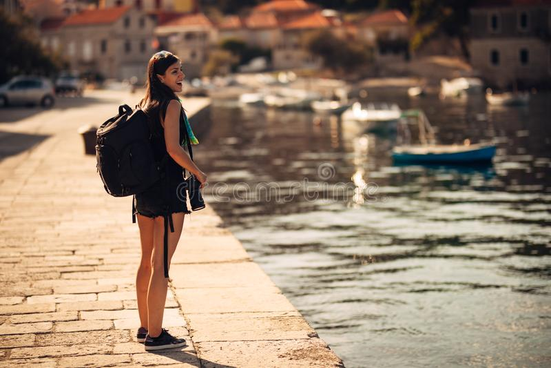 Молодой работать фотограф путешествуя и укладывая рюкзак Испытывать различные культуры, фотожурналистика Репортажно-документальны стоковое изображение rf