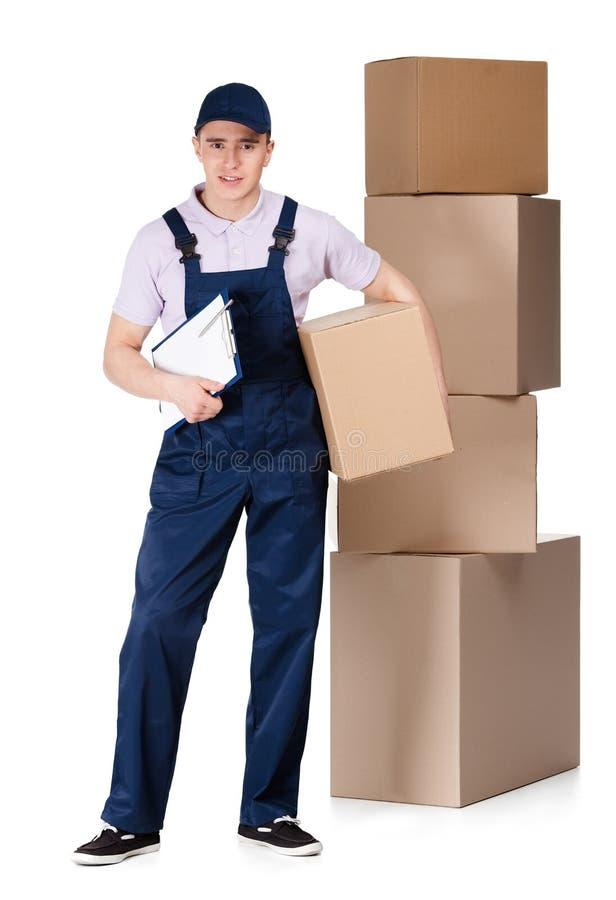 Молодой работник доставляющий покупки на дом в коробке рук прозодежд стоковое фото