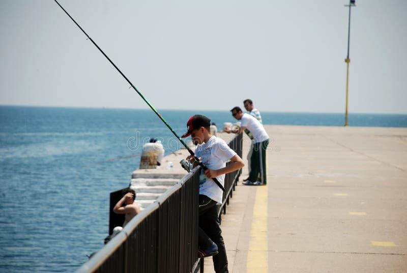 Молодой рыбак на побережье Синоп в Турции стоковое изображение rf