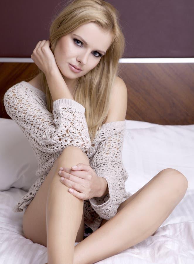 Молодой сексуальный белокурый свитер износа стоковое фото rf
