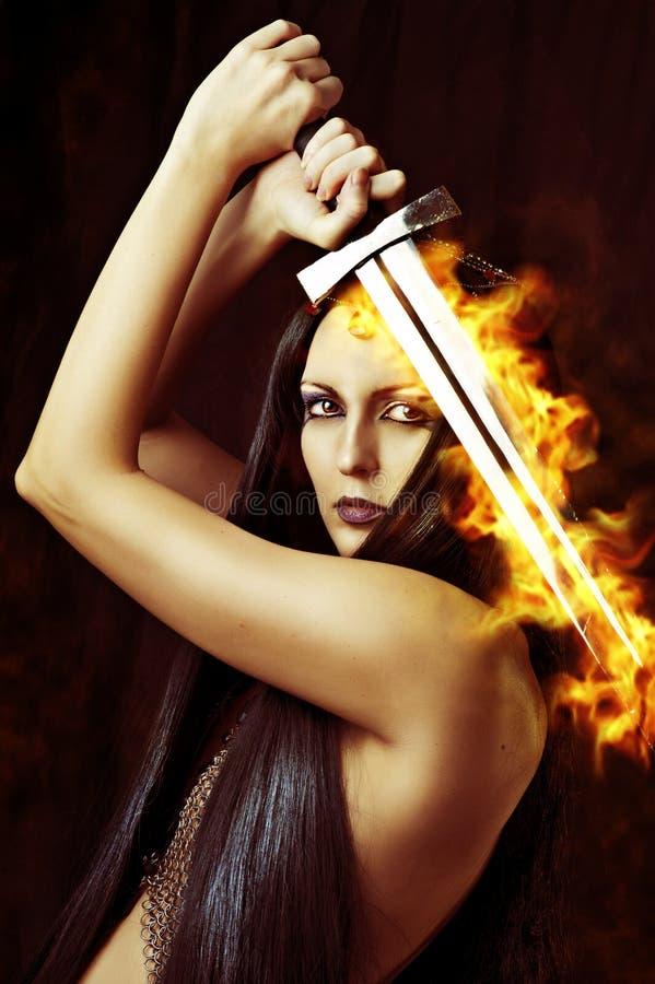 Молодой сексуальный ратник женщины с шпагой стоковые фотографии rf