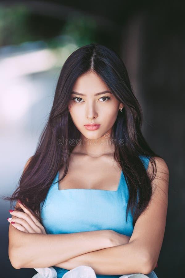 Молодой серьезный сердитый портрет женщины outdoors стоковая фотография rf