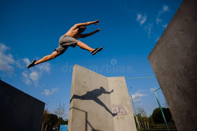 Молодой скакать parkour парня стоковая фотография