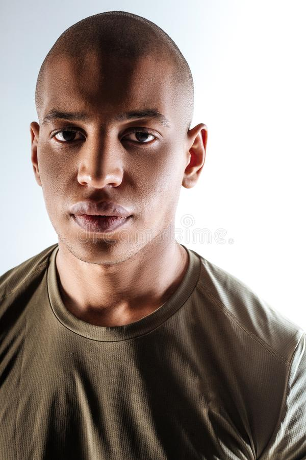 Молодой смелый sportive человек нося коричневую футболку стоковая фотография rf
