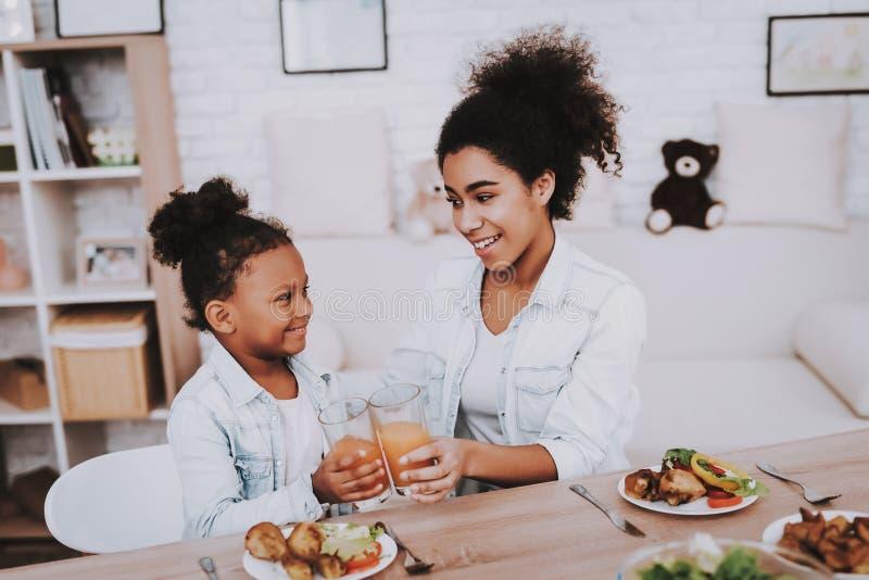 Молодой сок питья матери и девушки Молодое время стоковое изображение
