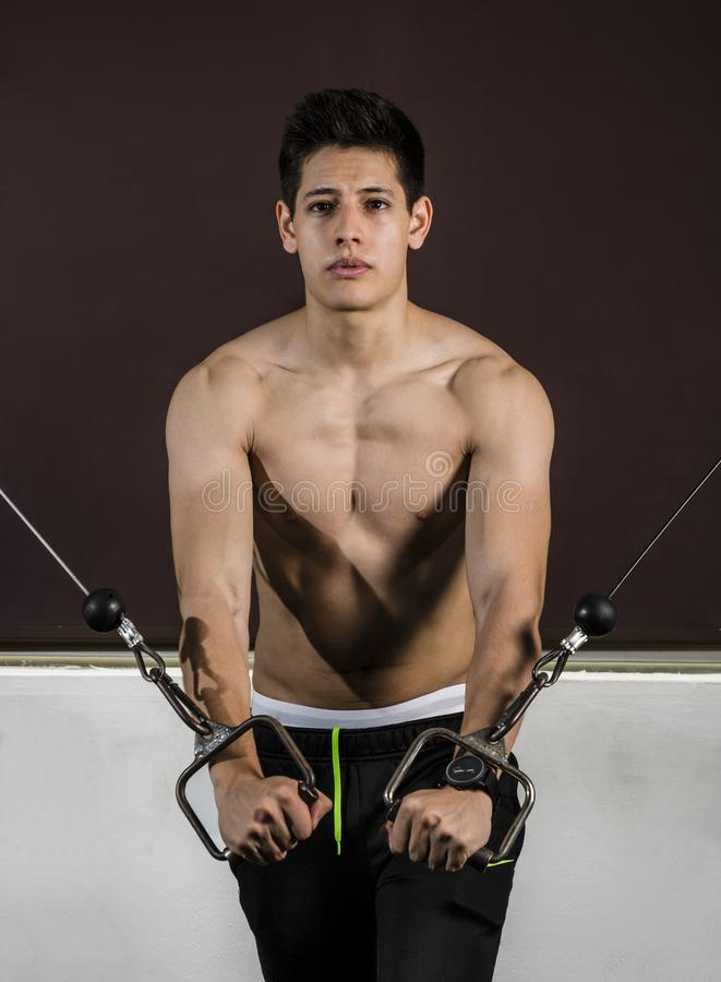 Молодой спортсмен выполняя его режим на спортзале стоковое фото rf