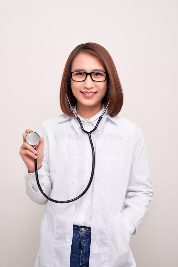 Молодой стетоскоп удерживания женщины доктора изолированный на белой предпосылке стоковое изображение