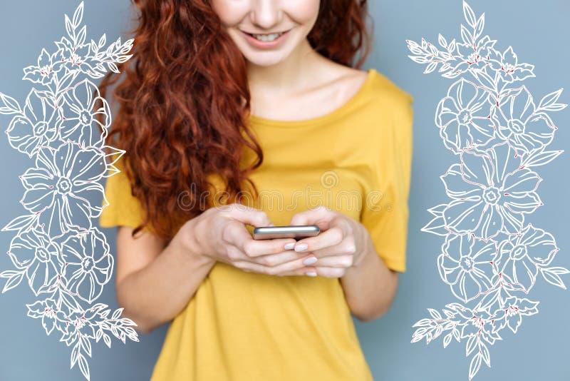 Молодой студент усмехаясь пока беседовать онлайн стоковые фото