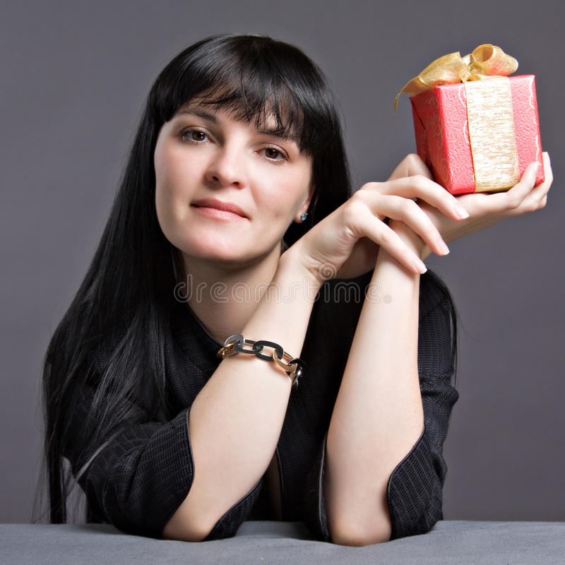 Молодой ся подарок удерживания женщины стоковые фотографии rf