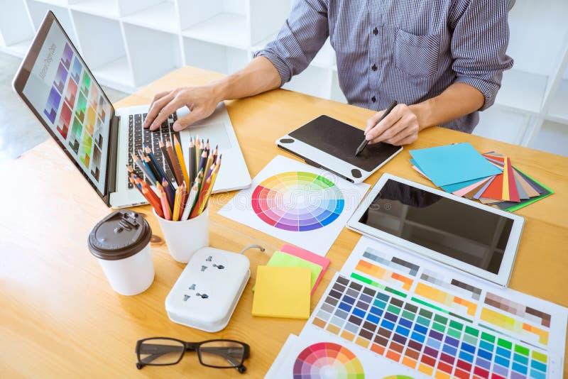 Молодой творческий график-дизайнер работая на проекте архитектурноакустическом стоковое изображение