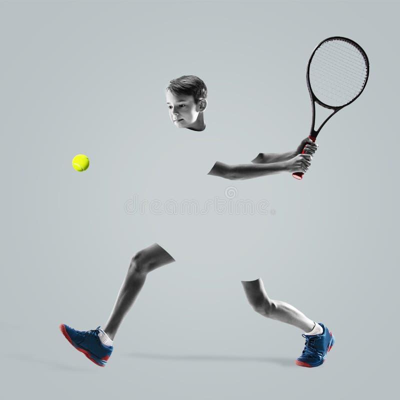 Молодой теннисист изолированный на предпосылке студии стоковые изображения rf
