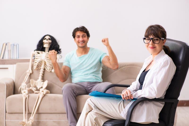 Молодой терпеливый посещая психолог для терапии стоковая фотография rf