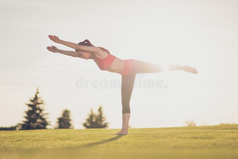 Молодой тренер йоги женщины спорта делает протягивать славное positio стоковое изображение