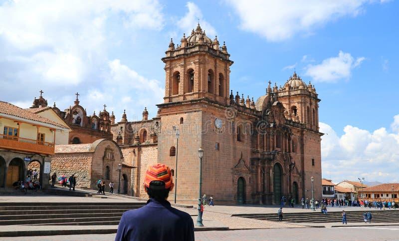Молодой турист восхищая дивный собор Cusco на Площади de Armas, Cusco, Перу стоковое изображение