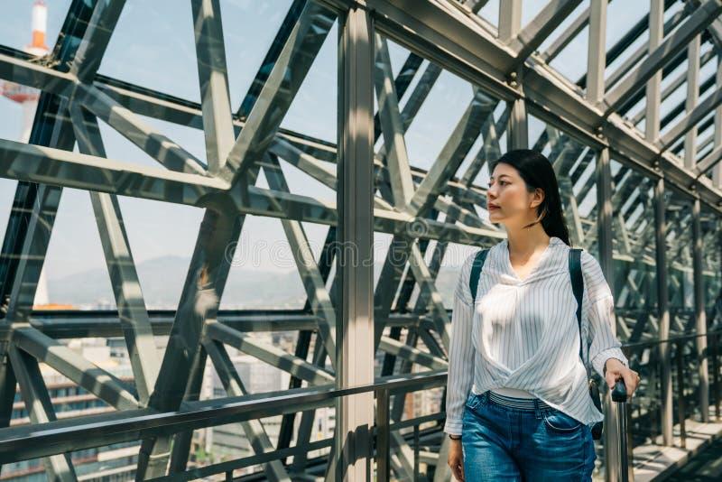 Молодой турист наслаждается красотой городского стоковое изображение rf