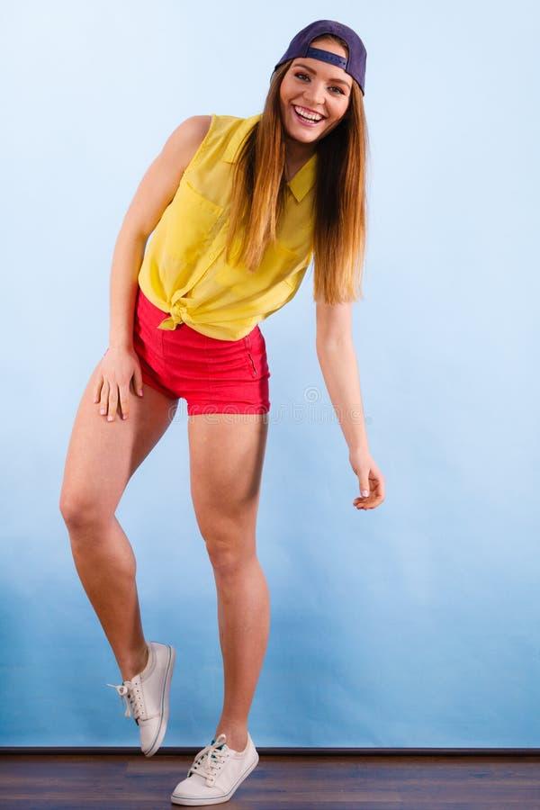 Молодой ультрамодный усмехаясь женский танцор стоковое изображение