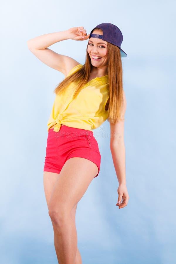 Молодой ультрамодный усмехаясь женский танцор стоковое фото