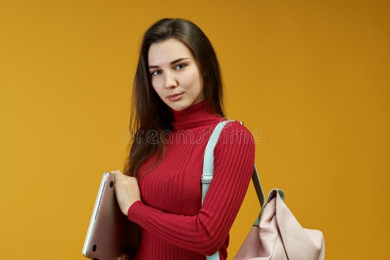 Молодой успешный юрист женщины достиг ее цели в суде Трудоёмкая красивая девушка прикладная ее знание стоковая фотография rf