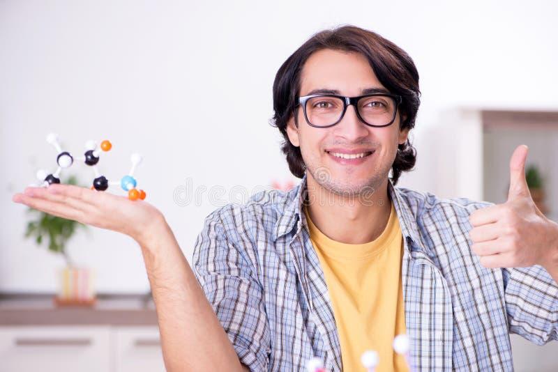 Молодой физик студента подготавливая для экзамена дома стоковые фото