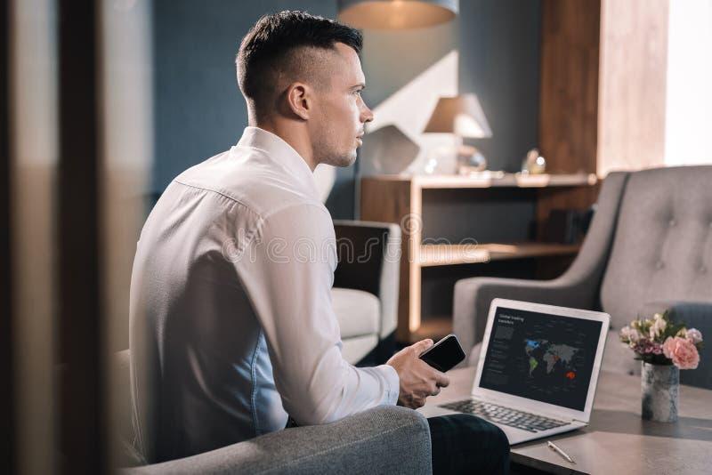 Молодой финансовый директор международной компании работая в офисе стоковая фотография rf