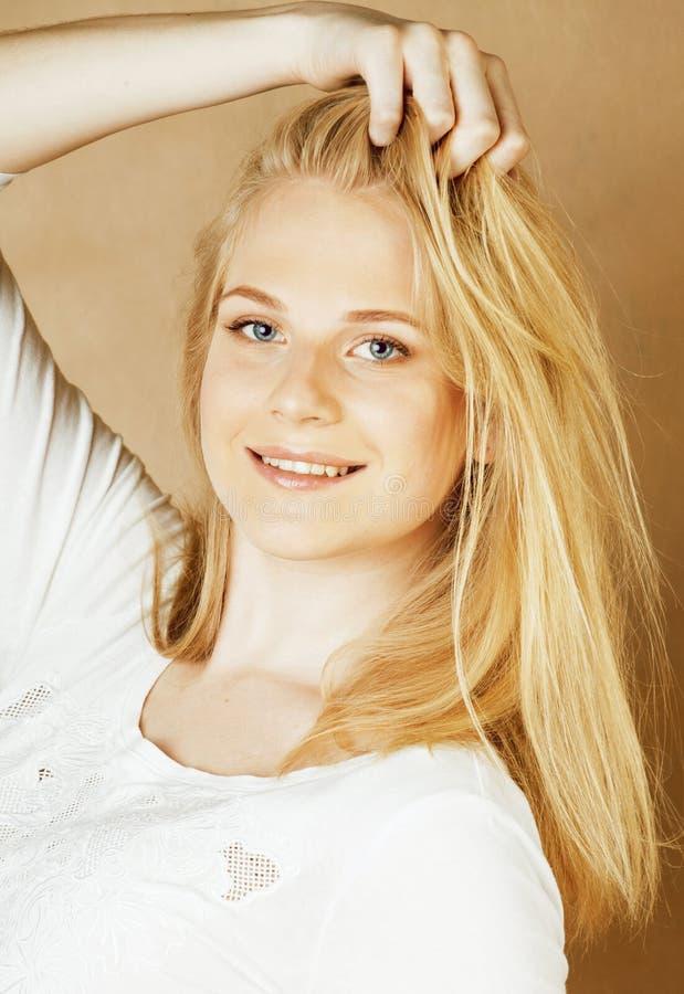 Молодой холодный девочка-подросток blong messed с ее усмехаться волос стоковая фотография rf