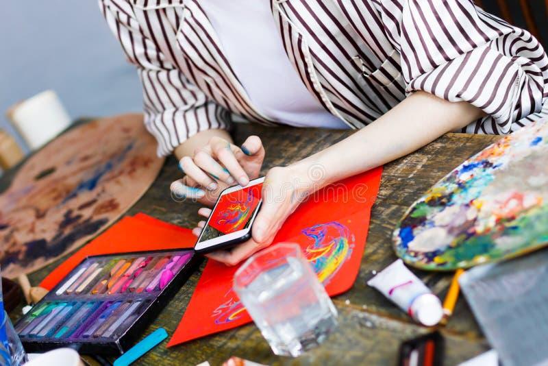 Молодой художник студента на рабочем месте искусства стоковое фото