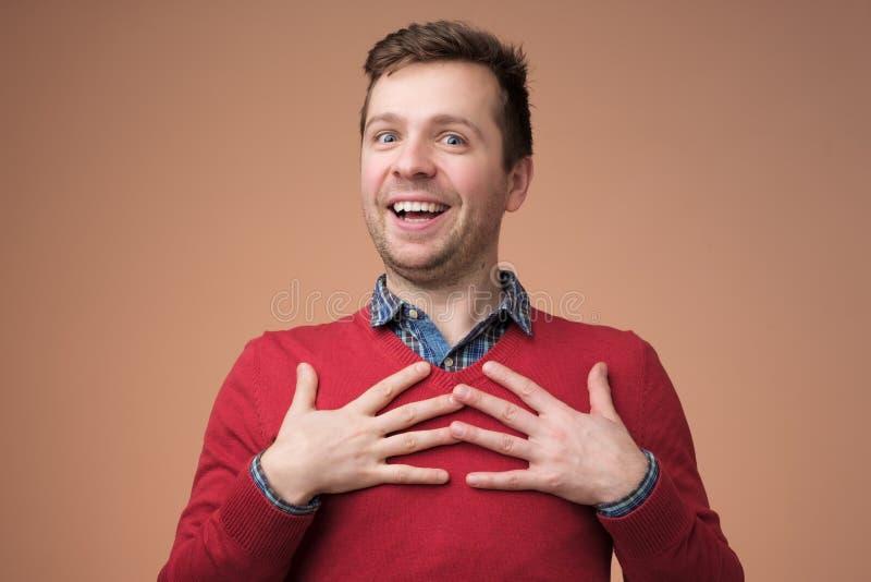 Молодой человек быть содержания услышать комплимент стоковая фотография rf