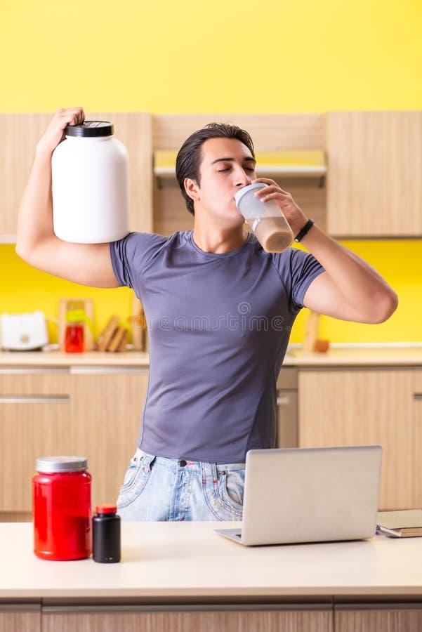 Молодой человек ведя блог о дополнениях еды стоковые изображения rf