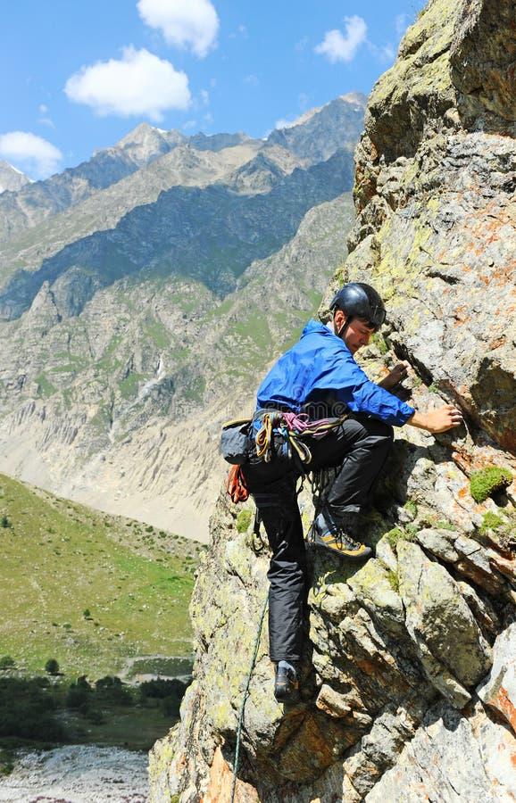 Молодой человек взбираясь в Dolomits стоковое изображение
