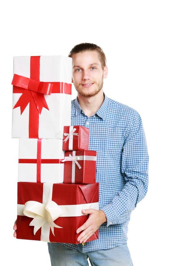 Молодой человек в голубой рубашке с подарками в его руках стоковое фото rf